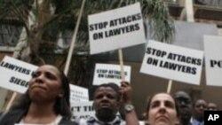 津巴布韦的律师在国际人权日到来之前在哈拉雷的街头游行