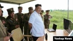 북한 김정은 국방위원회 제1위원장이 새로 개발한 전술유도탄 시험발사를 지도했다고 노동신문이 27일 보도했다.