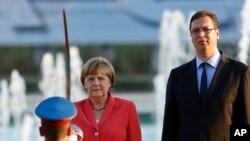 Nemačka kancelarka Angela Merkel i srpski premijer Aleksandar Vučić pred počasnom gardom u Beogradu.