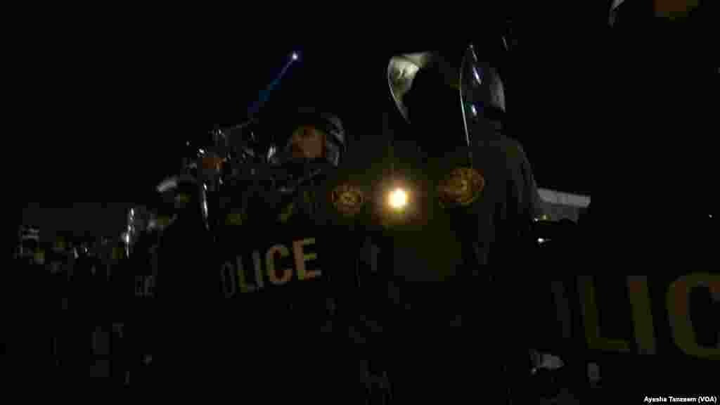 Policias con trajes antimotines.