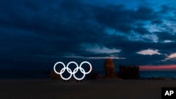 Cincin Olimpiade terlihat di pantai di dekat instalasi seni sebelum matahari terbit menjelang Olimpiade Musim Dingin 2018 di Gangneung, Korea Selatan, Jumat, 2 Februari 2018.