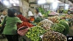 Menteri Pertanian Suswono mengatakan optimis harga-harga akan turun dengan masuknya impor beberapa komoditas diantaranya daging sapi, cabai dan bawang merah. (Foto: Dok)