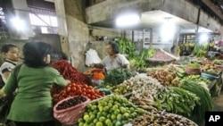 Sebuah pasar tradisional di Medan, Sumatera Utara (foto: dok). Kepala BPS mengatakan, inflasi di Indonesia selama bulan Agustus 2012 mencapai 0,95 persen.