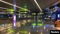 قطر کے حامد انٹرنیشنل ایئرپورٹ کا ڈیپارچر لاونچ خالی پڑا ہے۔ 26 جون 2017