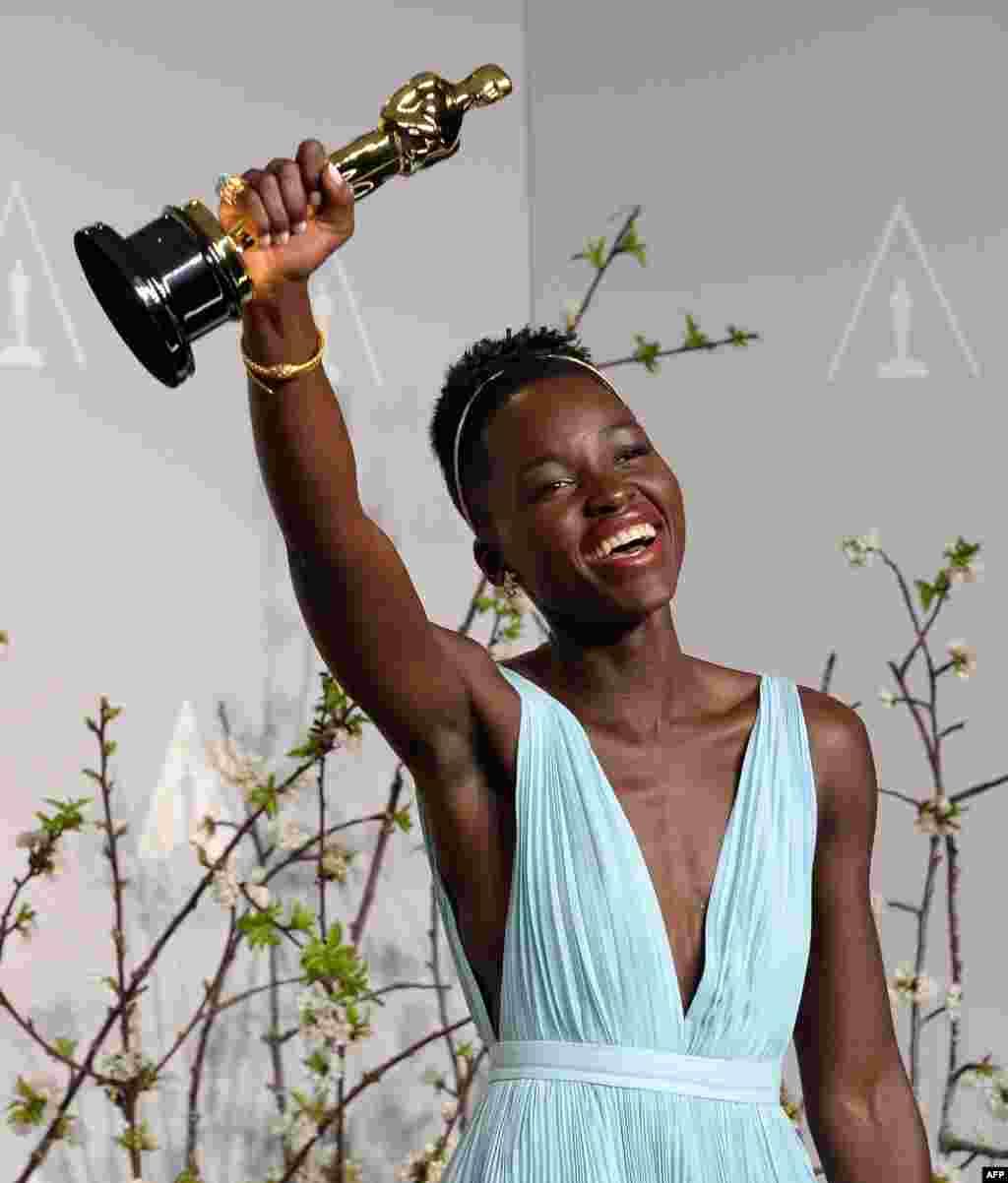 2일 미국 캘리포니아주 할리우드에서 열린 제86회 아카데미 시상식에서, 영화 '노예 12년'으로 여우조연상을 받은 신인 여배우 루피타 니용고가 트로피를 들고 기뻐하고 있다.