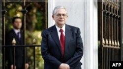 Ông Lucas Papademos đứng bên ngoài dinh tổng thống ở Athens sau cuộc họp với các nhà lãnh đạo chính trị Hy Lạp, ngày 10/11/2011