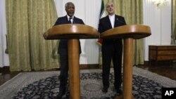 Kofi Annan y el canciller de Irán, Ali Akbar Salehi, hablan ante la prensa en Teherán, sobre la situación en Siria.