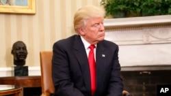 Donald Trump lors de sa rencontre avec Barack Obama au Bureau Ovale de la Maison Blanche, 10 novembre 2016.
