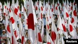 资料照:日本民众手举国旗在东京参加抗议中国对尖阁列岛声索主权的集会。(2012年9月22日)