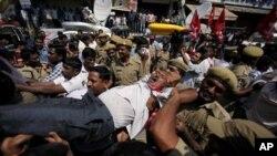 Demonstran di India memrotes keputusan pemerintah untuk menaikkan harga bahan bakar minyak dan melaksanakan reformasi ekonomi dengan aksi mohok massal (20/9).