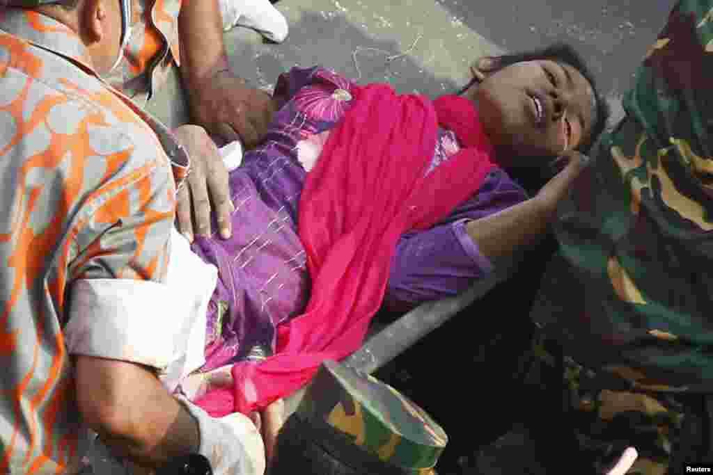 10일 방글라데시의 의류공장 붕괴 현장의 건물 잔해에 파묻혀 있던 여성이 17일 만에 극적으로 구조되었다.