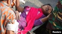 10일 방글라데시의 의류공장 붕괴 현장에서 건물잔해에 묻혀있던 여성이 17일 만에 구조되었다.