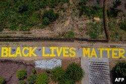 """Sebuah mural bertuliskan """"Black Lives Matter"""" yang dilukis di jalur sepeda pada 19 Juni 2020, di Atlanta, Georgia. (Foto: AFP)"""