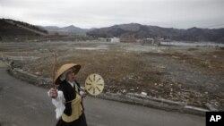 Bir Budist rahip yerle bir olan Onagawa kentinde ölenler için ayin yapıyor