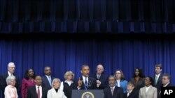 Senp sitwayen ameriken nan La Mezon Blanch, mèkredi 28 novanm 2012, pou koute Prezidan Barack Obama nan yon diskou sou pwoblèm fiskal Lèzetazini ap konfwonte