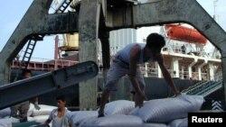 지난 2004년 북한 남포항의 인부가 세계식량계획을 통해 들어온 대북지원 식량을 선박에서 내리고 있다. (자료사진)