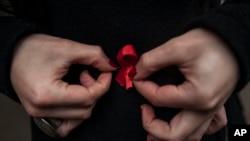 12月1日星期一是世界愛滋病日﹐結紅絲帶表示爭取達到根除愛滋病為目標。