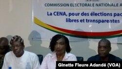 Au siège de la commission électorale lors de la présentation du bulletin unique, à Cotonou, le 4 avril 2019. (VOA/Ginette Fleure Adandé)