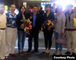 熊焱和支持者在拉斯维加斯机场(汪岷提供)