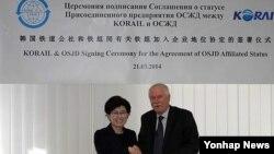최연혜 한국 코레일 사장이 지난 21일 폴란드 바르샤바에서 국제철도협력기구(OSJD) 제휴회원 가입을 위한 협약을 맺은 뒤 따데우쉬 쉬오즈다 OSJD 의장과 악수하고 있다. (자료사진)