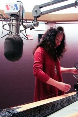 Nghệ sĩ Vân Ánh chơi một khúc đàn bầu tại phòng thu đài VOA.