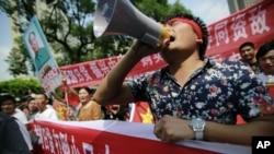 一名示威者在上海日本領事館前叫喊抗議口號。