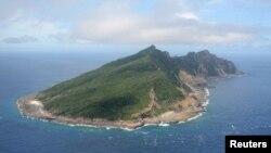 Gambar pulau Uotsuri yang juga dikenal sebagai Senkaku dalam bahasa Jepang (dan Diaoyu dalam bahasa Tiongkok) (Foto: dok). Pemerintah Tiongkok dan Jepang sedang mengadakan pembicaraan tingkat tinggi terkait kepulauan ini.