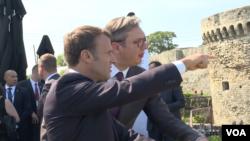 Pred odlazak iz Srbije, francuski predsednik Emanuel Makron i njegov domaćin, predsednik Srbije Aleksandar Vučić se sastali na Kalemegdanu sa studentima iz regiona Zapadnog Balkana.