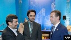 Tổng thống Iran Mahmoud Ahmadinejad (trái) và Tổng thống Nga Dmitry Medvedev (phải) gặp nhau bên lề Hội nghị Thượng đỉnh của Tổ chức Hợp tác Thượng Hải tại Kazakhstan, ngày 15/6/2011