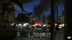 Asap mengepul pasca serangan kawanan bersenjata terhadap sebuah pusat perbelanjaan Baghdad, hari Senin (11/1).