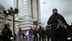 Polícia turca no local do ataque, Izmir.