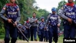Des policiers birmans sur le site d'affrontements entre bouddhistes et musulmans Rohingyas, Sittwe, le 10 juin 2012.
