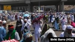 Les pèlerins sur le chemin de retour à leurs hôtels après la prière de vendredi, à la Mecque, Arabie saoudite, 8 septembre 2017. (VOA/Siriki Barro)