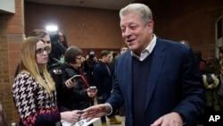 "Mantan Wapres AS Al Gore berbicara kepada media pada pemutaran perdana film: ""An Inconvenient Sequel: Truth to Power"" (foto: dok)."
