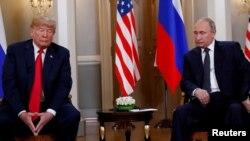 Presiden AS Donald Trump (kiri) saat bertemu Presiden Rusia Vladimir Putin di Helsinki, Finlandia, 16 Juli 2018 (foto: dok).