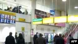 Phi trường Gatwick đóng cửa hôm Thứ Năm, và dịch vụ hàng không bị gián đoạn tại 2 phi trường khác vì thời tiết xấu