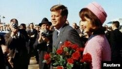 کندی در سال ۱۹۶۱ به قدرت رسید اما در ۲۲ نوامبر ۱۹۶۳، دقایقی بعد از این عکس حین بازدید از شهر دالاس در تگزاس کشته شد.