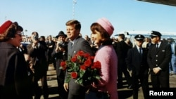 President John F. Kennedy and first lady Jacqueline Bouvier Kennedy arrive at Love Field in Dallas, Texas November 22, 1963 111111111111