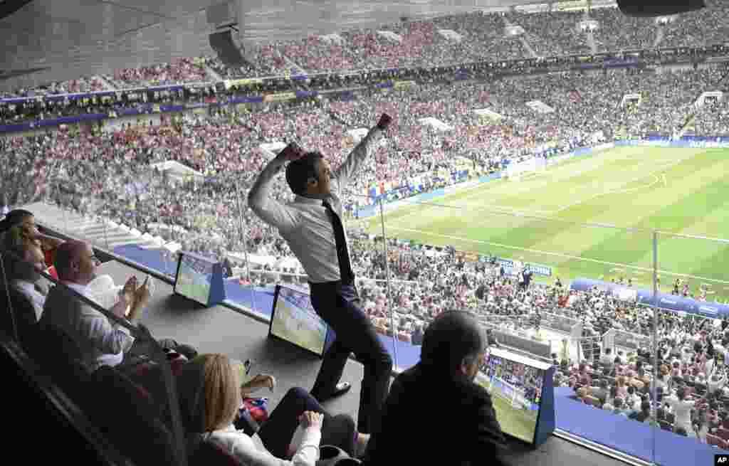 លោកប្រធានាធិបតីបារាំង Emmanuel Macron សាទរនូវជ័យជម្នះរបស់ក្រុមកីឡាករបាល់ទាត់នៅក្នុងការប្រកួតវគ្គផ្តាច់ព្រ័ត្ររវាងបារាំង និងក្រូអាស៊ី សម្រាប់ពានរង្វាន់ World Cup ២០១៨ នៅស្តាត Luzhniki នៅក្នុងក្រុងមូស្គូ ប្រទេសរុស្ស៊ី។