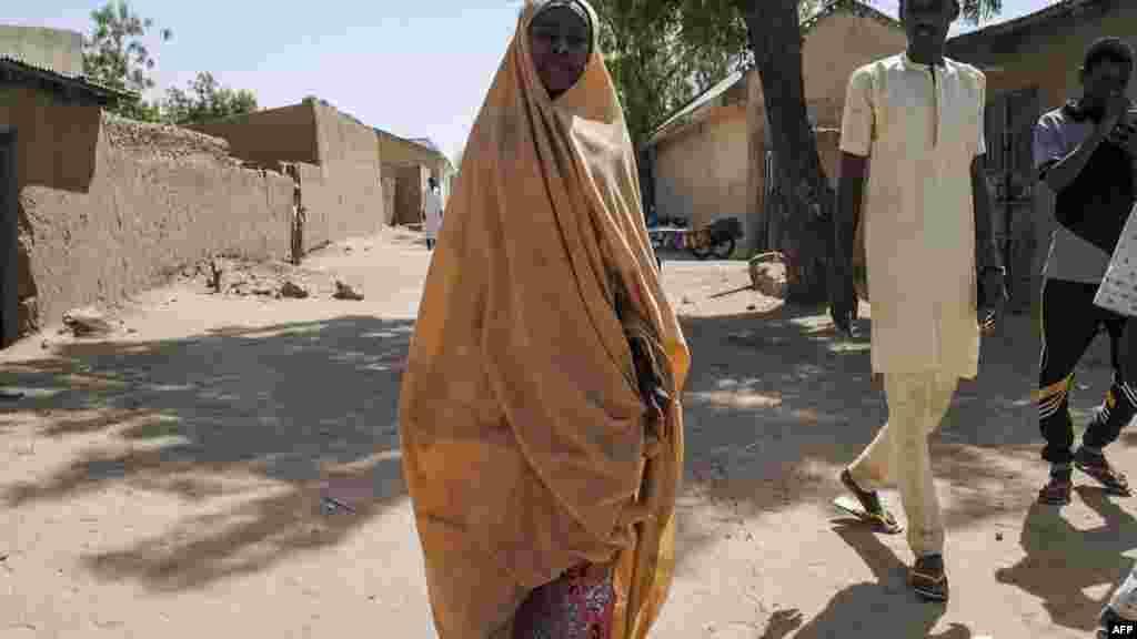 Une fille libérée par Boko Haram se promène avec son père à Dapchi, Nigeria, le 21 mars 2018.