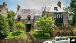 Rumah bergaya Tudor di kawasan Kalorama, Washington DC yang dibeli oleh keluarga mantan Presiden AS Barack Obama (foto: dok).