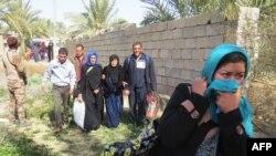 Lực lượng thân chính phủ Iraq giúp cư dân Fallujah tản cư.
