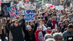纽约的示威者游行到第五大道,反对川普当选总统(2016年11月12日)