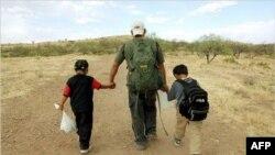 İki çocuğuyla birlikte Meksika sınırından Amerika'ya kaçak girmeye teşebbüs eden bir baba