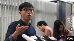 香港众志秘书长黄之锋2019年10月24日在立法会前举行记者会,要求立刻确认他的区议会候选人资格。
