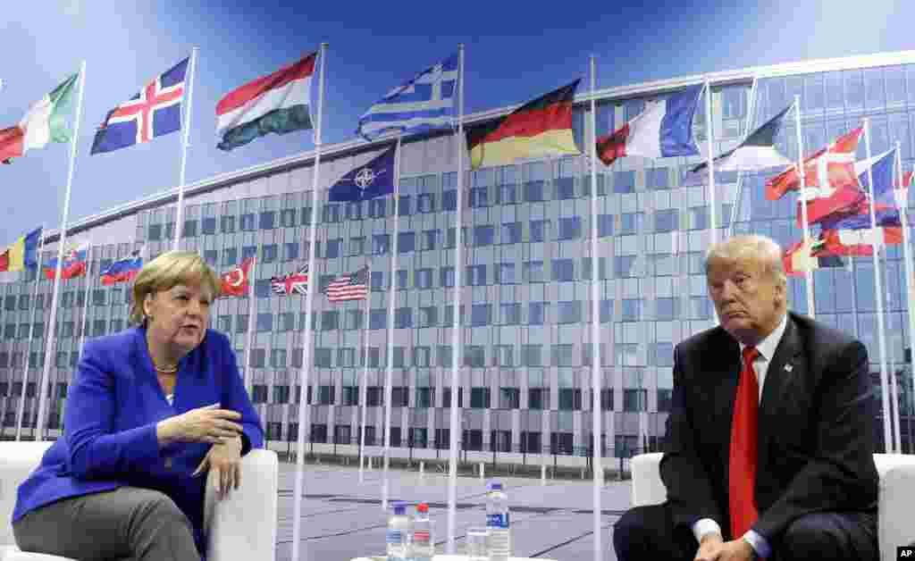 나토(북대서양조약기구) 정상회의에 참석하기 위해 벨기에 브뤼셀을 방문한 도널드 트럼프 미국 대통령(오른쪽)과 앙겔라 메르켈 독일 총리가 양자회담을 하고 있다.회의에 앞서 옌스 스톨텐베르크 나토 사무총장을 만난 트럼프 대통령은 독일정부를 '러시아의 포로' 라고 비난했다.