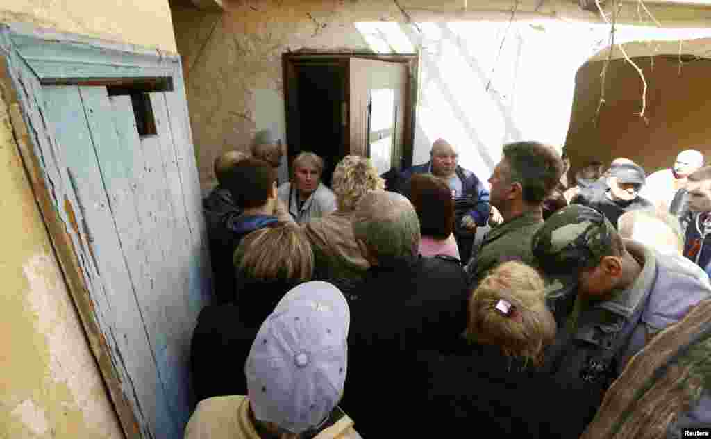 People line up to apply for Russian passports at a passport office in Sevastopol, Crimea, March 24, 2014.