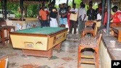 Các vết máu trên sàn nhà bên cạnh bàn bida của một nhà hàng ở Mombasa sau vụ nổ lựu đạn.
