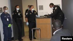 美國海關邊防人員在阿特蘭大機場對一名從幾內亞進入美國境內的人士進行伊波拉檢測。