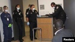 Petugas bandara AS di kota Atlanta, Georgia memeriksa penumpang yang baru datang dari Guinea (foto: dok). Seorang dokter AS yang baru kembali dari Guinea positif tertular ebola.